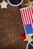 La bandera americana y la estrella forman la decoración dispuesta en la tabla de madera Foto de archivo