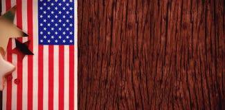 La bandera americana y la estrella forman la decoración dispuesta en la tabla de madera Imágenes de archivo libres de regalías