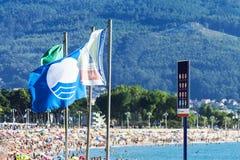 La bandera azul de Vigo en España junto con la radiación ultravioleta advierte Fotos de archivo