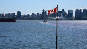 La bandera canadiense que agita en el cielo /seabus Ver 2 almacen de video