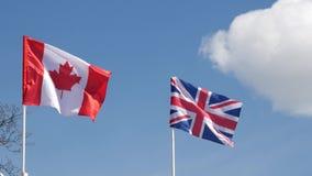 La bandera canadiense y la bandera británica metrajes