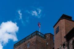 La bandera danesa agita en una torre del castillo imagenes de archivo