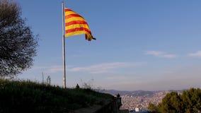 La bandera de Barcelona agita lujosamente en el viento España, una visión desde las alturas, patriotismo, calma, orgullo almacen de metraje de vídeo