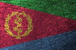 La bandera de Eritrea se representa en la pantalla con el código de programa El concepto de desarrollo moderno de la tecnología y fotos de archivo libres de regalías