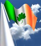 La bandera de la bandera de Irlanda con el dÃa de St Patrick del EL de para del trébol del EL Foto de archivo