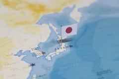 La bandera de Japón en el mapa del mundo imagenes de archivo