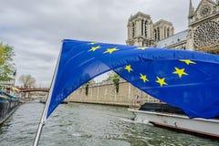 La bandera de la Comunidad Europea sobre el Sena Fotos de archivo