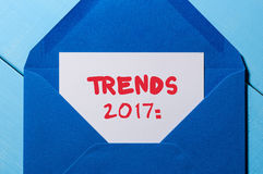 La bandera 2017 de las tendencias - mande un SMS escrito en letra del vintage en el sobre azul Concepto del Año Nuevo Fotografía de archivo