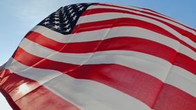 La bandera de los E.E.U.U. que agitan en el viento almacen de video