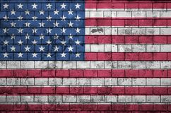 La bandera de los Estados Unidos de América se pinta sobre una pared de ladrillo vieja fotos de archivo libres de regalías