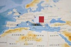 La bandera de Malta en el mapa del mundo foto de archivo