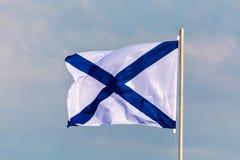 La bandera de la marina de guerra o la bandera de la Federación Rusa en el fondo del cielo nublado en el tiempo del viento Fotos de archivo libres de regalías