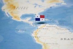 La bandera de Panamá en el mapa del mundo fotos de archivo