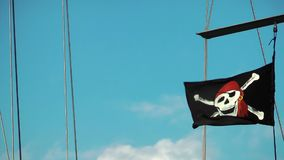 La bandera de pirata en el barco metrajes