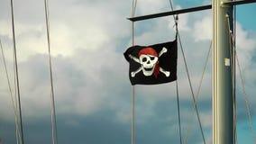 La bandera de pirata en el barco almacen de video