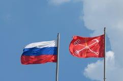 La bandera de Rusia y bandera de St Petersburg Imágenes de archivo libres de regalías