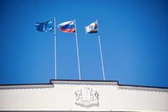 La bandera de Rusia y de la región de Ulyanovsk Imagen de archivo libre de regalías