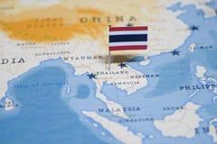 La bandera de Tailandia en el mapa del mundo fotos de archivo