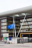 La bandera de unión europea vuela en el edificio del ágora mitad-mas Imágenes de archivo libres de regalías