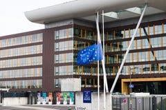 La bandera de unión europea vuela en el edificio del ágora mitad-mas Fotografía de archivo libre de regalías