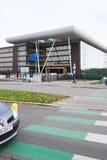 La bandera de unión europea vuela en el edificio del ágora mitad-mas Imagenes de archivo