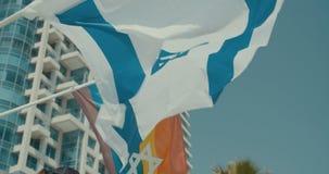 La bandera del arco iris que agita durante un desfile de orgullo almacen de video