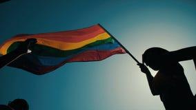La bandera del arco iris que agita durante un desfile de orgullo