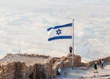 La bandera del estado de Israel vuela orgulloso a la salida del sol en las excavaciones de las ruinas de la fortaleza de Masada,  fotos de archivo