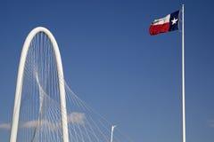 La bandera del estado de Margaret Hunt Hill Bridge Texas imagen de archivo