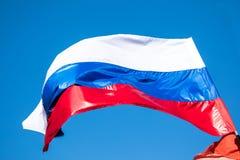La bandera del gobierno de Rusia en el fondo del cielo foto de archivo