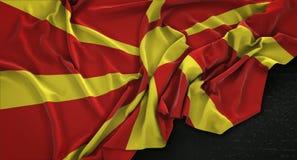 La bandera del República de Macedonia arrugó en el fondo oscuro 3D rinde Imagen de archivo libre de regalías
