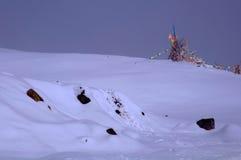 La bandera del rezo en montaña de la nieve Foto de archivo libre de regalías