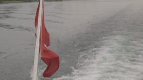 La bandera del ` s de Suiza se movió por el viento en el barco almacen de metraje de vídeo