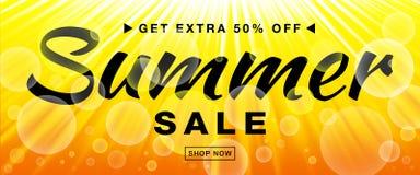 La bandera del vector de la plantilla de la venta del verano con el sol irradia Fondo horizontal del amarillo de la luz del sol d libre illustration