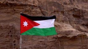 La bandera jordana vuela en la cámara lenta 2 del viento tieso almacen de video