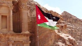 La bandera jordana vuela en viento tieso sobre Petra Treasury Slow Motion 1 almacen de video