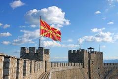 La bandera macedónica en la fortaleza de Samuil Imagen de archivo