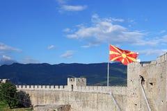 La bandera macedónica en la fortaleza Ohrid de Samuil Fotos de archivo