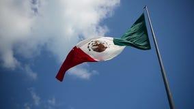 La bandera mexicana gigante vuela en el viento en Cancun metrajes