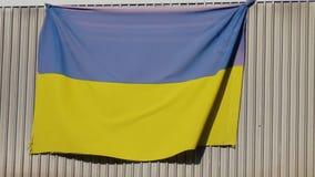 La bandera nacional de Ucrania se cuelga en el balcón del apartamento metrajes