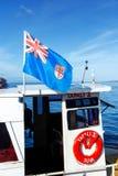 La bandera nacional del vuelo de Fiji en un bote pequeño atracó en el coreano Wh Fotos de archivo libres de regalías