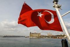 La bandera turca roja de un barco Fotografía de archivo