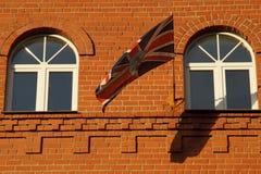 La bandiera è in accordo con gli elementi della facciata fotografia stock libera da diritti