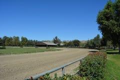 La bandiera è sulla pista di corsa delle aziende agricole e sull'arena coperta Fotografia Stock