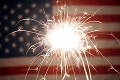 La bandiera americana di U.S.A. si è accesa dalle stelle filante per il quarto luglio Immagini Stock Libere da Diritti