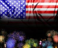 La bandiera americana ed i fuochi d'artificio nella festa dell'indipendenza Fotografia Stock