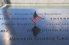 La bandiera americana ha lasciato al memoriale nazionale dell'11 settembre al ground zero in Lower Manhattan Immagini Stock Libere da Diritti