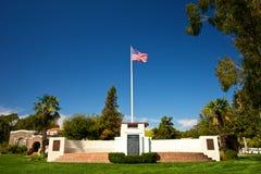 La bandiera americana sopra il cimitero commemorativo Immagini Stock