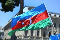 La bandiera azera è sui precedenti della città azione Bandiera dell'Azerbaigian a Bacu, Azerbaigian Fondo nazionale del segno Ri fotografia stock libera da diritti
