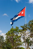 La bandiera cubana dello stato fluttua su un vento Habana, isola di Cuba Fotografie Stock Libere da Diritti